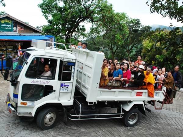Kyaiktiyo - Transport på lokalt sätt