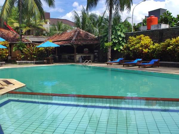 Surya Pesona Hotel - Poolen